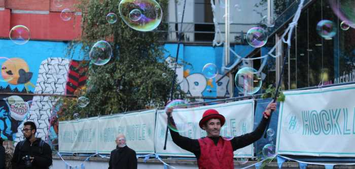 Circus Wunderbar Giant Bubbles Street Entertainment Rudi 1